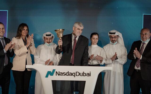 La délégation d'hommes d'affaires amenée par la Bank Hapoalim, avec à sa tête Dov Kokler ouvre la journée à la bourse de Dubaï, au mois de septembre 2020. (Autorisation )