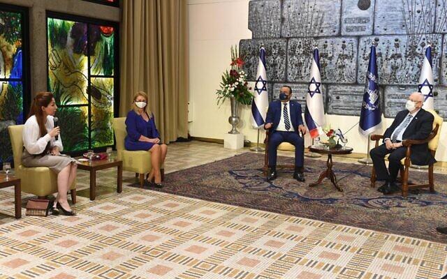 Le président Reuven Rivlin, à droite, reçoit une délégation du King Hamad Global Center for Peaceful Coexistence, emmenée par le Sheikh Khalid bin Khalifa Al Khalifa, à la résidence présidentielle à Jérusalem, le 26 novembre 2020. (Crédit : Mark Neyman/GPO)