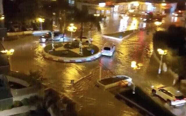 Rues inondées dans la ville de Nahariya au Nord d'Israël, le 26 novembre 2020. (Capture d'écran : Twitter)