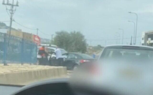 Capture d'écran d'une vidéo montrant des passants essayant de séparer un homme de son ex-femme, après qu'il l'a poignardée dans la ville d'Arraba, au nord du pays, le 16 novembre 2020. (Crédit : Ynet)