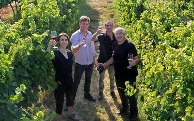 """Les experts en vin Roni Saslove (à gauche) et Guy Haran (deuxième à partir de la gauche) se sont associés au graphiste Itamar Gur et au photographe David Silverman (à droite) pour créer """"Wine Journey"""", un guide des vignobles israéliens (Autorisation : Wine Journey)"""