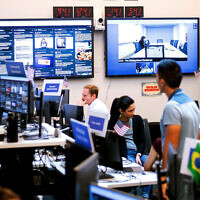Des employés de Facebook travaillent dans une unité axée sur la lutte contre la désinformation et la manipulation à Menlo Park, en Californie, en 2018. (Noah Berger/AFP via Getty Images)