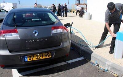 Un véhicule Renault électrique se recharge à Ramat Hasharon, en Israël, le 7 février 2010. (Roni Schutzer/Flash90/Maariv Out)