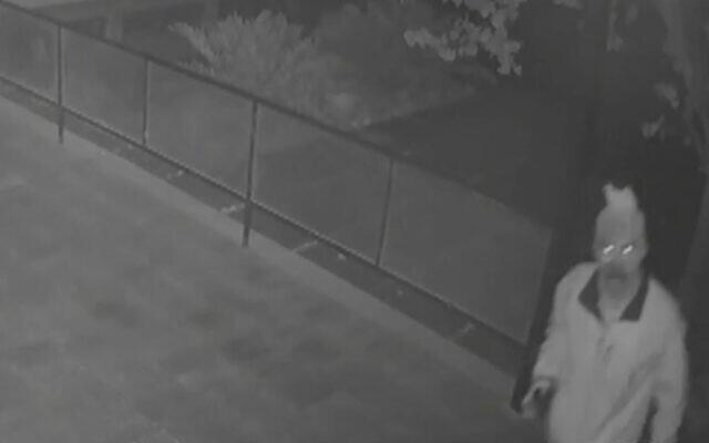 Un cambrioleur du musée du kibboutz HaZorea, dans le nord d'Israël, apparaît sur les images des caméras de surveillance, au mois d'août 2020. (Capture d'écran/Douzième chaîne)