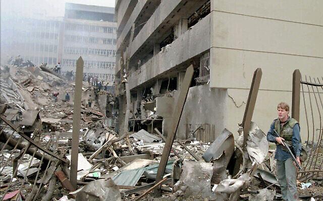 Un officier de la marine américaine monte la garde devant l'ambassade américaine à Nairobi, au Kenya, après qu'une énorme explosion a détruit le bâtiment le 7 août 1998. L'attentat a été attribué à Al-Qaïda et à son agent africain Abu Muhammad al-Masri, qui aurait été tué à Téhéran en août 2020. (AP Photo/Sayyid Azim)
