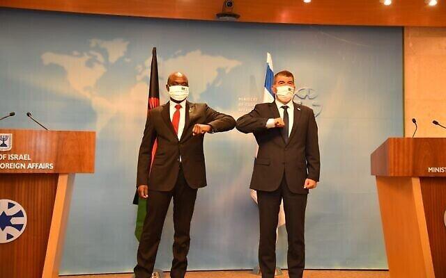 Le chef de la diplomatie Gabi Ashkenazi, à droite, et son homologue malawite, Eisenhower Mkaka, au ministère des Affaires étrangères à Jérusalem, le 3 novembre 2020 (Crédit : Avi Ohayun / GPO)