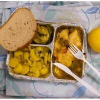 Les repas servis dans l'unité Covid d'un hôpital de Galilée. (Crédit : Shlomi Tova)