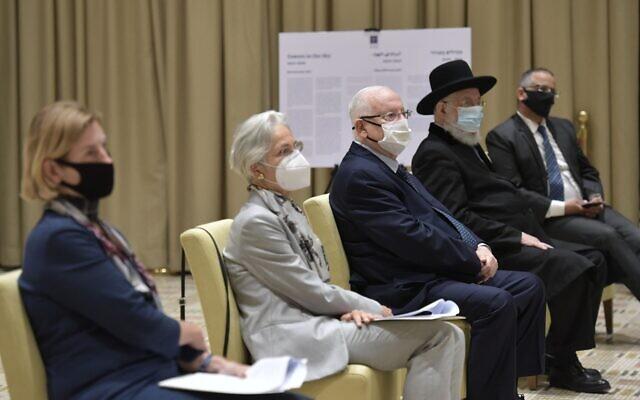 Le président Reuven Rivlin (au centre) lors d'un évènement commémorant le 82a anniversaire de la Kristallnacht le 9 novembre 2020. (Crédit : Koby Gideon/GPO)