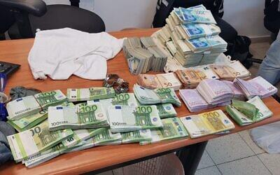 Des liquidités saisies dans l'appartement de Tel Aviv d'Ilan Marco, soupçonné de fraude, le 11 novembre 2020. (Crédit :  Police israélienne)