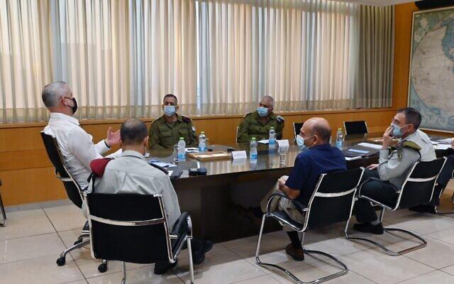 De gauche à droite : le ministre de la Défense Benny Gantz, le secrétaire général Yaki Dolf, le chef d'état-major  Aviv Kohavi, le commandante de la Branche des Ressources Humaines, le général Moti Almoz, l'ancien chef d'état-major Mofaz et le président de la Cour d'Appel militaire le général Doron Piles, au bureau de Gantz à Tel Aviv, le 11 novembre 2020. (Crédit !Ariel Hermoni/ministère de la Défense)