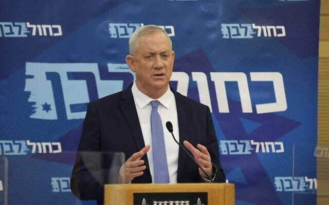 Le leader de Kakhol lavan et ministre de la défense Benny Gantz lors d'une réunion de sa faction à la Knesset, le 16 novembre 2020. (Crédit : Elad Malka/Kakhol lavan)