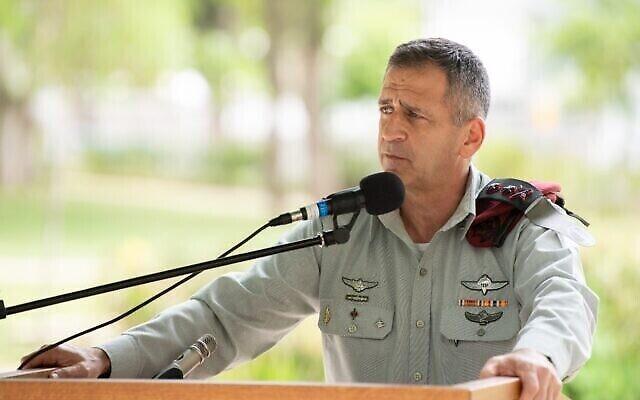 Le chef d'état-major de Tsahal, Aviv Kohavi, prend la parole lors d'une cérémonie au quartier général de l'armée à Kirya à Tel Aviv, le 18 juin 2020. (Crédit : Armée de défense d'Israël)