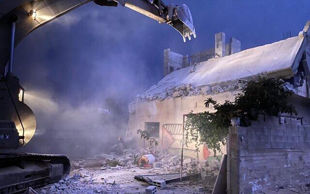 Les forces israéliennes de sécurité démolissent la maison d'un Palestinien soupçonné d'avoir mortellement poignardé un rabbin lors d'un attentat terroriste, dans le village de Rujeeb, dans le nord de la Cisjordanie, le 2 novembre 2020. (Crédit : Armée israélienne)