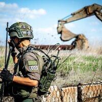 Un ingénieur de combat enlève trois mines antipersonnel qui, selon Israël, ont été placées à l'intérieur du territoire contrôlé par Israël le long de la frontière avec la Syrie, le 17 novembre 2020. (Armée israélienne)