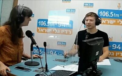 Capture d'écran d'une vidéo de Yair Netanyahu, à droite, pensant un entretien avec la station de radioGalei Israel. (Capture d'écran : Twitter)
