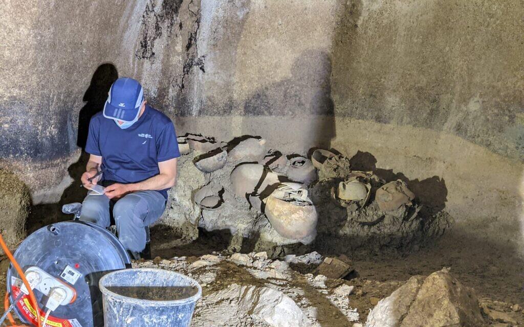 Le directeur des fouilles, Evgueni Aharonovitch, travaille dans la citerne de l'époque du Second Temple, dans l'ancien village de Kafr Murr, aujourd'hui un quartier de Beit El. (Dotan Traubman)