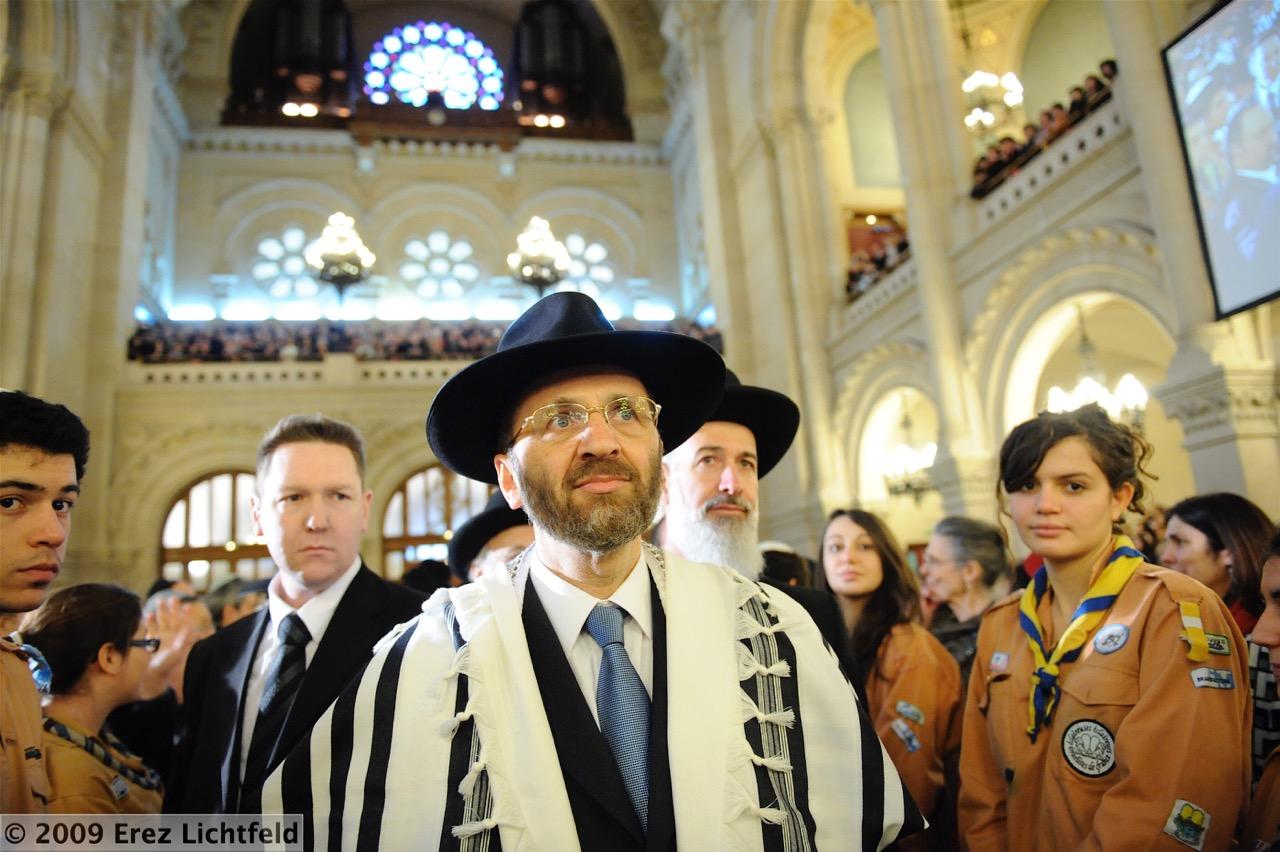 Le Grand-rabbin Gilles Bernheim, à synagogue de la Victoire, entourée des EI. (Crédit : Erez Lichtfeld)