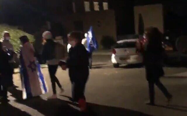 Des manifestants devant la maison de Césarée de la famille du capitaine Tom Farkash, pilote de Tsahal tombé au combat, le 17 novembre 2020. (Capture d'écran)