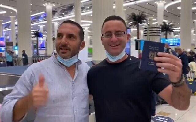 Un touriste israélien brandit son passeport à son arrivée à Dubai par le premier vol commercial de la compagnie émiratie flydubai, le 26 novembre 2020. (Crédit : Douxième chaîne)