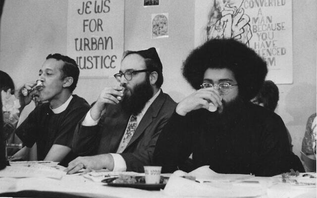 Le révérend Channing E. Phillips, (à gauche), le rabbin Arthur Waskow et Topper Carew pendant la nuit du premier Freedom Seder (nuit de la liberté), le 4 avril 1969. (Autorisation : Arthur Waskow)