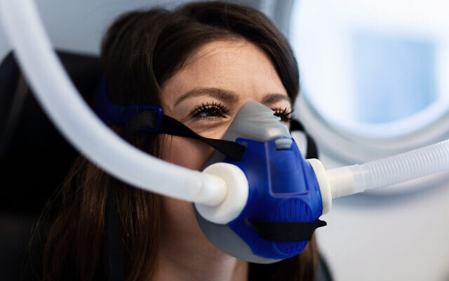 Une patiente porte un masque dans un caisson hyperbare pour une thérapie à l'oxygène. (Crédit : iStock)