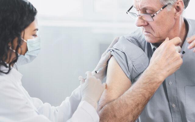 Un homme âgé se fait vacciner. (Crédit : Prostock-Studio via iStock by Getty Images)