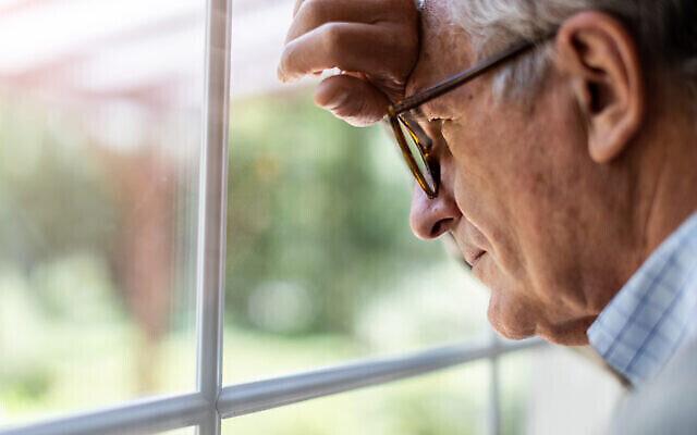Un homme isolé chez lui pendant la pandémie de coronavirus. (Crédit : PIKSEL via iStock by Getty Images)