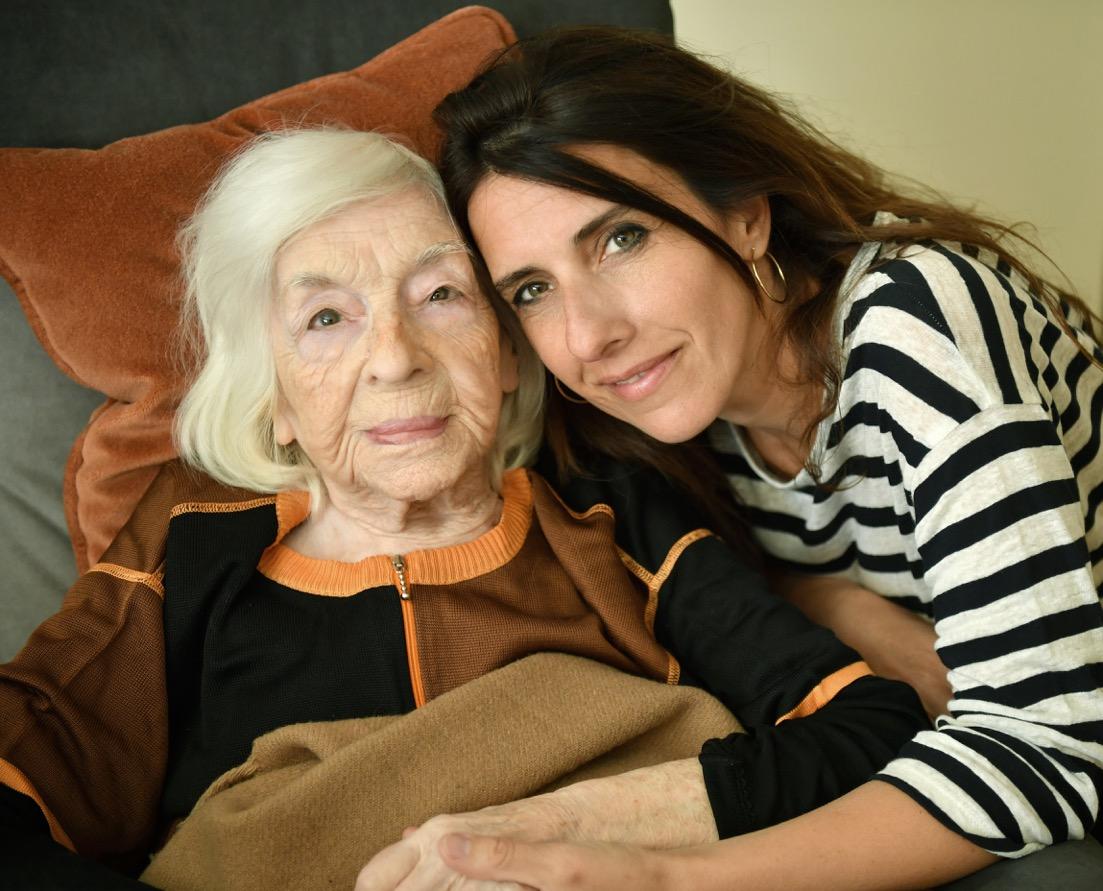 Nathalie Levy et sa grand-mère Rosine, à Paris. (Crédit : Philippe Conrad)