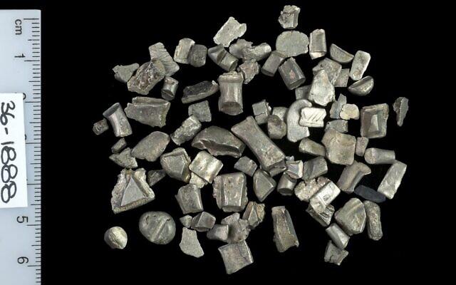 Des fragments d'argent provenant de lingots utilisés pour le commerce avant la frappe des pièces de monnaie. (Crédit : Clara Amit/Autorité israélienne des antiquités)