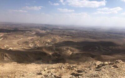 Le désert qui s'étend au-delà du mont Karkom. (Crédit : Sue Surkes/Times of Israel)