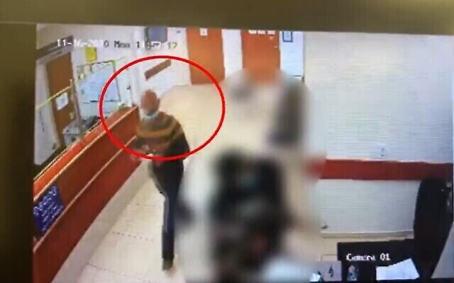 Rafiah Kenaneh au tribunal, quelques heures avant d'être soupçonné d'avoir poignardé à mort son ex-épouse Wafa, le 16 novembre 2020 (Capture écran/Ynet)