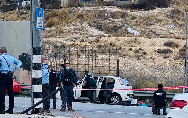 La police inspecte une voiture utilisée dans un attentat à la voiture-bélier présumé au checkpoint Al-Zaim, aux abords de Jérusalem, le 25 novembre 2020. (Crédit : Shlomo Mor)