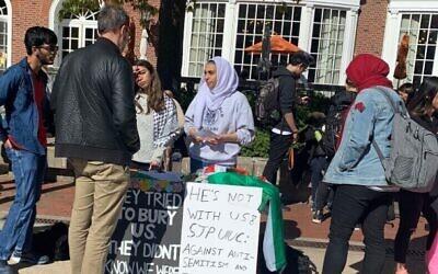 """Illustration : Des étudiants pour la justice en Palestine organisent un """"enseignement d'urgence"""" à l'université de l'Illinois Urbana-Champaign en 2019 après que le chancelier de l'école a condamné une présentation antisémite qui comprenait du matériel anti-sioniste. (Autorisation de l'AMCHA)"""