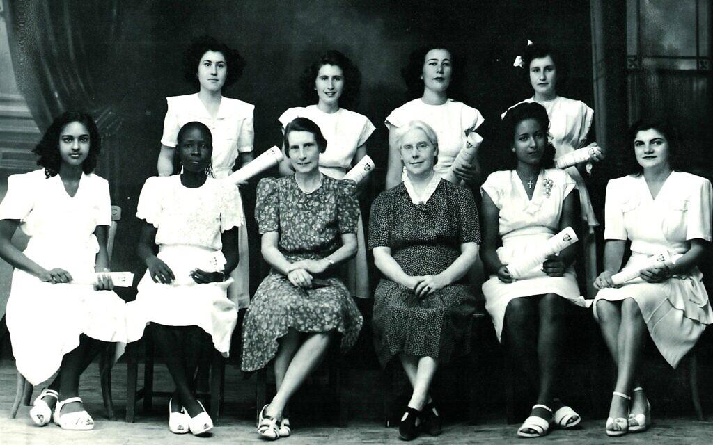 Margo, étudiante juive, (en haut à gauche), avec ses camarades de classe grecs, arméniens, soudanais et égyptiens, et des professeurs britanniques, sur une photo de fin d'études de 1948 du Unity High School qu'elle a fréquenté à Khartoum. Toutes les filles portent des robes et des chaussures immaculées, dans le style occidental. (Autorisation Tales of Jewish Khartoum)