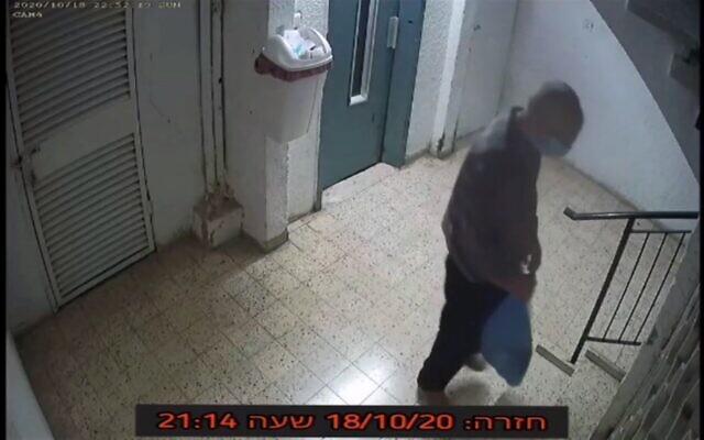 Vladimir Spitalnikov sur des images enregistrées par les caméras de surveillance dans son appartement après le meurtre présumé de son épouse. (Capture d'écran : Mako)