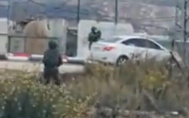 Un soldat ouvre le feu sur une voiture après que le conducteur a tiré sur les soldats, selon Tsahal, près d'un point de contrôle en Cisjordanie, le 4 novembre 2020. (Capture d'écran/Twitter)