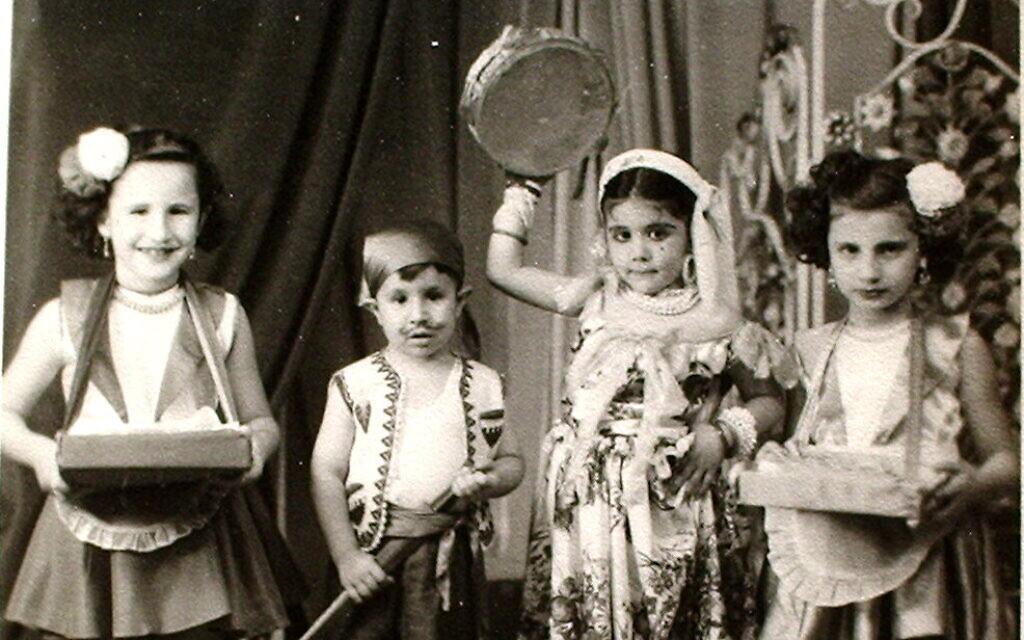 Des enfants juifs déguisés pour célébrer la fête de Pourim au Soudan, en 1950. (Autorisation Tales of Jewish Khartoum)