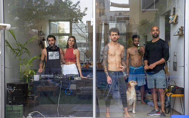 """La photo """"confinement et impossible de quitter la maison, prise par Avigail Uzi pour le Yedioth Achronot en avril 2020 et  présentée dans le cadre de l'exposition """"Témoignage local"""" qui débutera le 24 décembre 2020 à Tel Aviv. (Autorisation : """"Témoignage local"""")"""