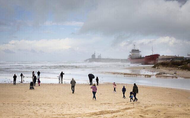 """Photo d'un bateau pris dans la tempête sur la côte d'Ashdod présentée dans le cadre de l'exposition """"Témoignage local"""" qui débutera le 24 décembre 2020 à Tel Aviv. (Autorisation : """"Témoignage local"""")"""