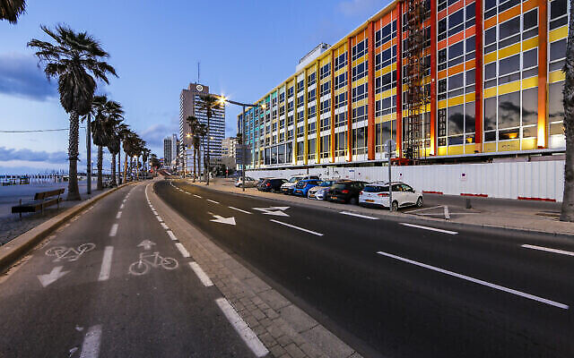 """Une photo de Tel Aviv à l'arrêt au milieu du confinement mois d'avril, prise par Guy Yehieli  et  présentée dans le cadre de l'exposition """"Témoignage local"""" qui débutera le 24 décembre 2020 à Tel Aviv. (Autorisation : """"Témoignage local"""")"""