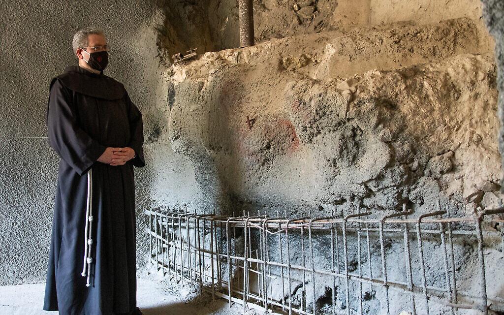 Le frère Francesco Patton, Custode en terre sainte, près de l'ancien bain rituel. (Crédit : Yoli Schwartz/   Autorité israélienne des antiquités)