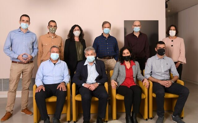 (de gauche à droite) Dr Osnat Luxenburg, Prof. Avishai Eyal, Eitan Stibbe, Prof. Orit Shefi, Prof. Ehud Bachar, Ran Livna, Eliran Hemo, Inbal Kreis, Avi Blasberger, Prof. Dan Bloomberg. (Crédit ; Yossi Zigler)