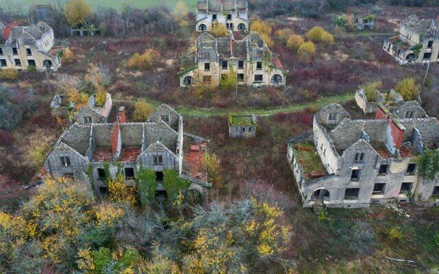 Une vue aérienne prise le 23 novembre 2020 à Denting, dans l'est de la France, montre le camp de Ban Saint-Jean, où environ 30 000 prisonniers de guerre de l'Armée rouge transférés par l'Allemagne nazie sont morts pendant la Seconde Guerre mondiale. (Crédit : JEAN-CHRISTOPHE VERHAEGEN / AFP)