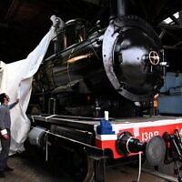 La locomotive de l'Orient Express à Longueville, pendant sa restauration pour son exposition à Singapour, le 20 octobre 2020. (Crédit : Anne-Christine POUJOULAT / AFP)