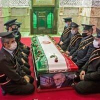 Des membres des forces iraniennes prient autour du cercueil du scientifique nucléaire Mohsen Fakhrizadeh, lors de la cérémonie d'enterrement au sanctuaire d'Imamzadeh Saleh, dans le nord de Téhéran, le 30 novembre 2020. (Crédit : HAMED MALEKPOUR / TASNIM NEWS / AFP)
