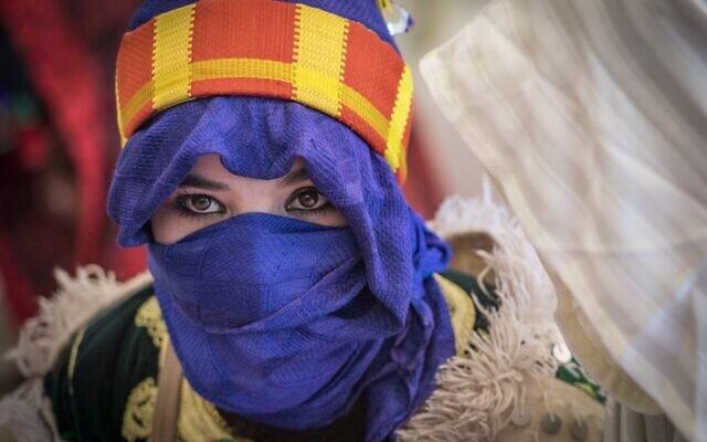 """Une jeune femme amazighe (berbère) attend sa cérémonie de mariage lors du festival annuel """"Moussem de fiançailles"""" près du village d'Imilchil dans les montagnes du Haut Atlas, au centre du Maroc, l  (Crédit : FADEL SENNA / AFP)  (Photo de FADEL SENNA / AFP)"""