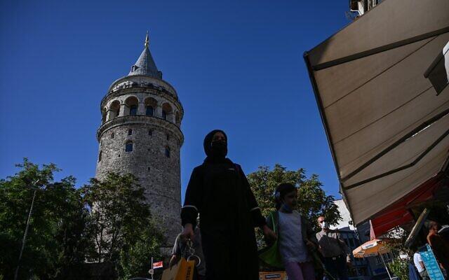 La tour de Galata, monument emblématique d'Istanbul datant du XIVe siècle, après sa restauration, le 16 octobre 2020. (Crédit : Ozan KOSE / AFP)
