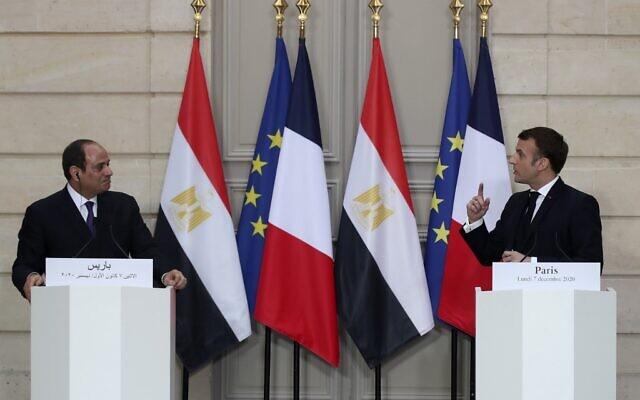 Le président français Emmanuel Macron (d) et son homologue égyptien Abdel Fattah al-Sissi, à l'Elysée, le 7 décembre 2020. (Crédit : Michel Euler / POOL / AFP)
