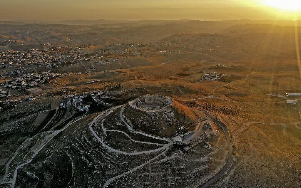 Vue aérienne de la forteresse d'Hérode, le 25 novembre 2020, avec le site du tombeau du roi Hérode et le théâtre construit par Hérode le Grand en 23-15 avant l'ère commune, dans le désert de Judée, au sud-est de Bethléem (Crédit : Menahem KAHANA / AFP)