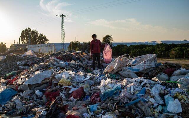 Un homme récupère des déchets dans une décharge illégale, le 29 novembre 2020 à Adana, dans le sud de la Turquie. (Crédit : Yasin AKGUL / AFP)